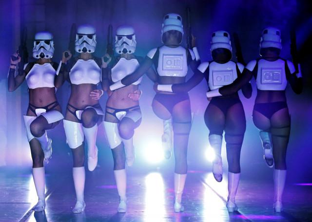 """Танцовщицы в костюмах штурмовиков выступают на шоу «Империя отступает: Бурлескная пародия на """"Звёздные войны""""» в Лос-Анджелесе"""