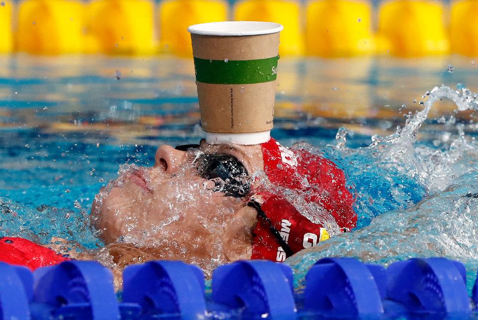 На снимке Дженни Менсинг из Германии разогревается на чемпионате Европы 2018 года на соревнованиях в многоборье в Глазго.