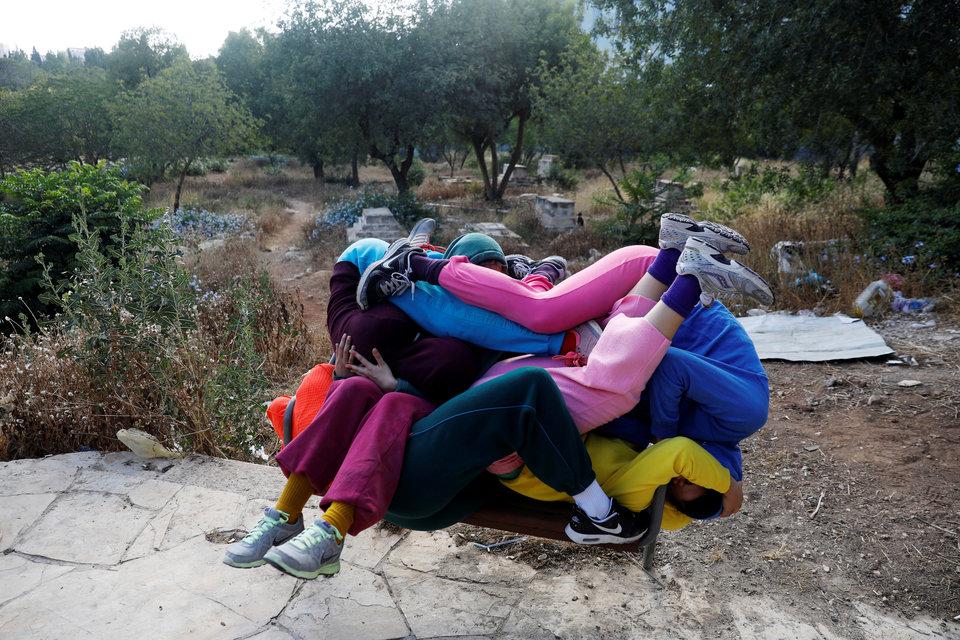 Танцоры, похожие на гигантский человеческий узел, в рамках фестиваля искусств в Иерусалиме.