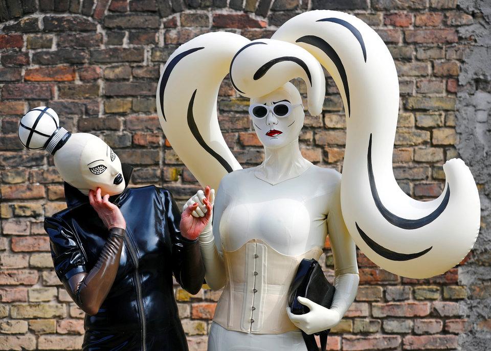 Посетители ярмарки Немецкий фетиш-бал (German Fetish Ball) в Берлине.