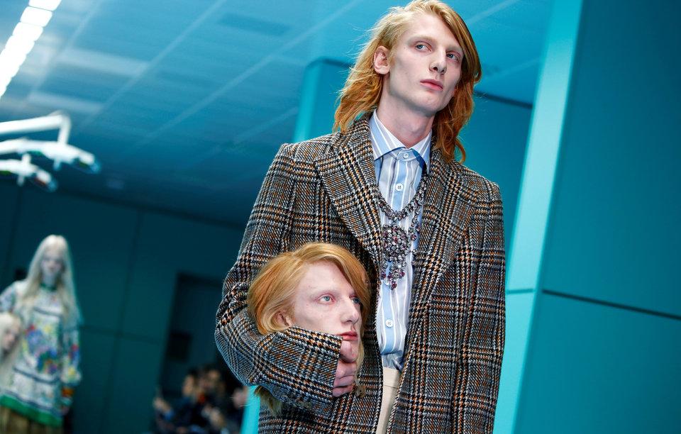 Модель Gucci на подиуме с копией своей головы во время показа осенне-зимней коллекции 2018 года на Миланской неделе моды, Испания.