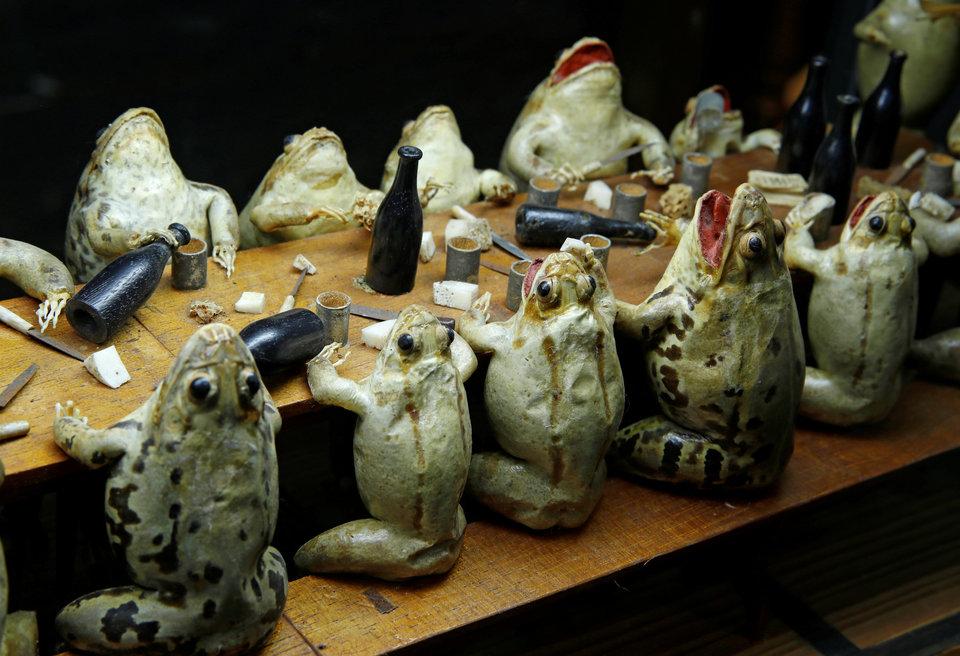 Чучела лягушек расположены в столовой сцене в Музее лягушек в Эставейе-ле-Лак, Швейцария