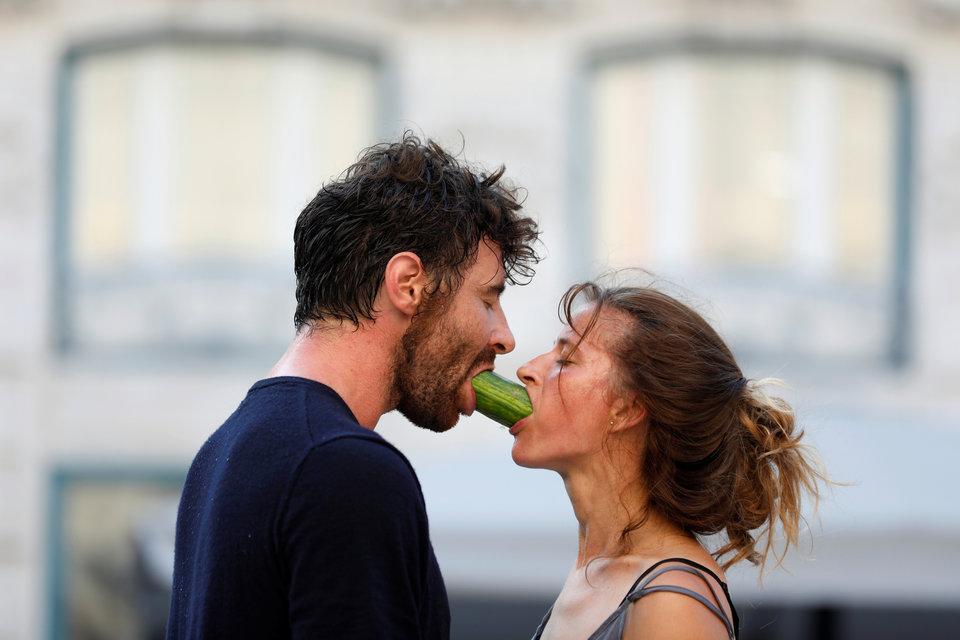 Художники Хосе Тригуэро и Джемма Паломар не просто делят огурец на улице, они исполняют своё шоу «Cul de Sac» на фестивале Busking в Лиссабоне, Португалия.
