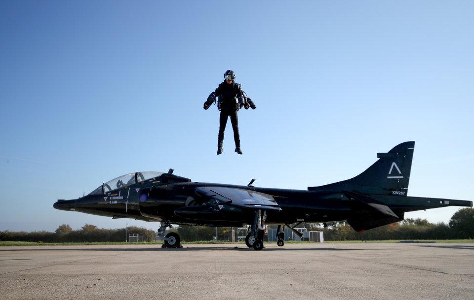 Ричард Браунинг готов к взлёту. Главный лётчик-испытатель и генеральный директор компании Gravity Industries в реактивном костюме во время демонстрационного полёта в Вудбридже, Великобритания.