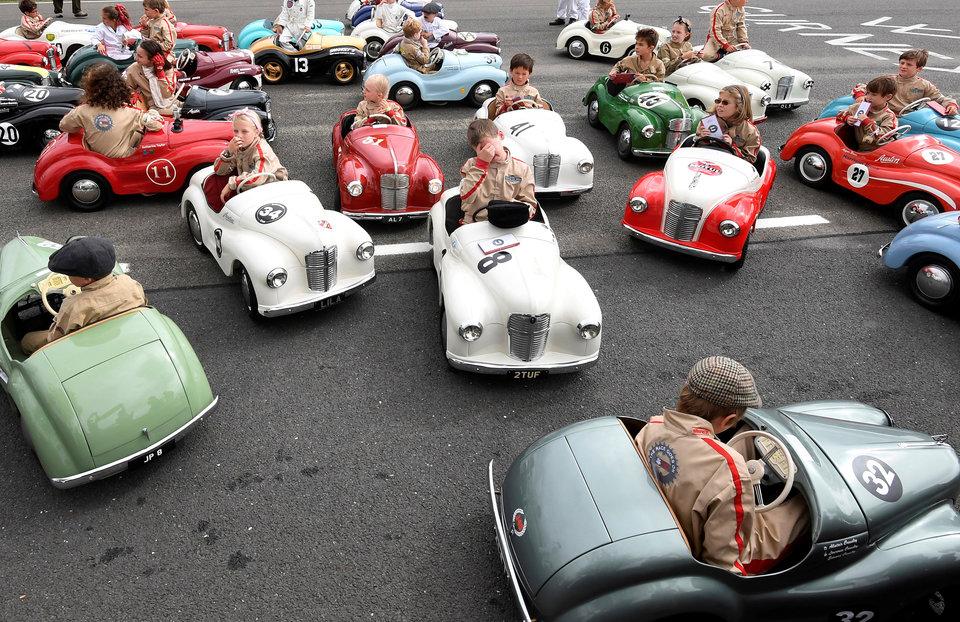 У детей различная реакция после участия в гонке на педальных автомобилях в рамках трёхдневного фестиваля классических гоночных авто «Goodwood Revival» в Южной Великобритании.