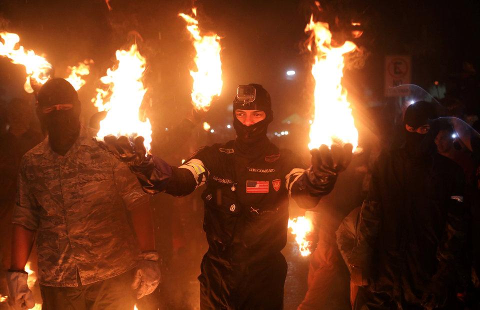 Люди участвуют в фестивале огненных шаров «Bolas de Fuego» в Нехапе, Сальвадор, бросая друг в друга настоящие шары из пылающего керосина.