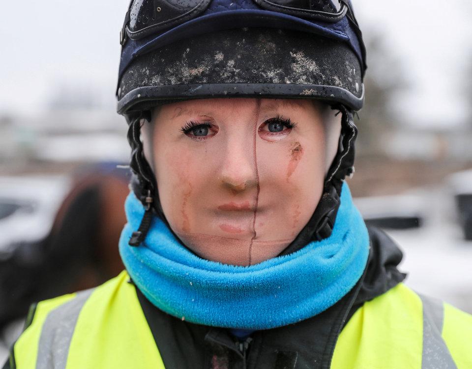 Лоуни Хилл с колготками на лице для защиты от 30-градусного мороза вывела своих лошадей на всепогодный галоп в Тетсворте, Великобритания.