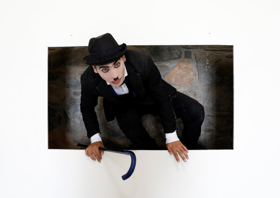 Карим Асир, 25-летний подражатель Чарли Чаплину из Афганистана, на репетиции в Кабуле