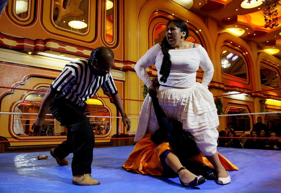 Женщины в юбках на ринге. Фотография сделана во время борьбы в отеле Havana Hotel Cholet в Эль-Альто, Боливия