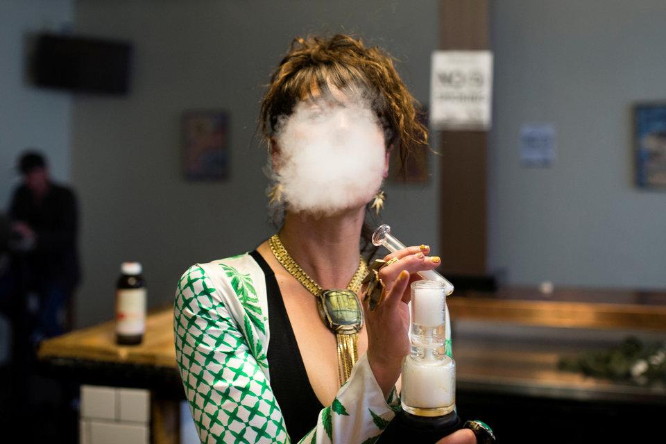 родажа рекреационной марихуаны стала законной в Калифорнии, что и отмечает Элиза МакРобертс в новом заведении Magnolia cannabis vape lounge в Окленде, Калифорния