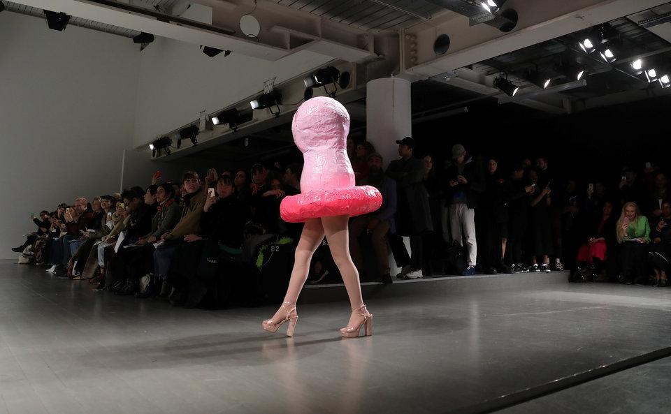 Модель демонстрирует творение, покрывающее её голову, на показе Central Saint Martins на неделе моды в Лондоне.