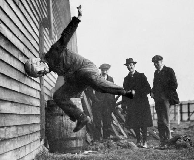 Испытания кожаного футбольного шлема (1912)