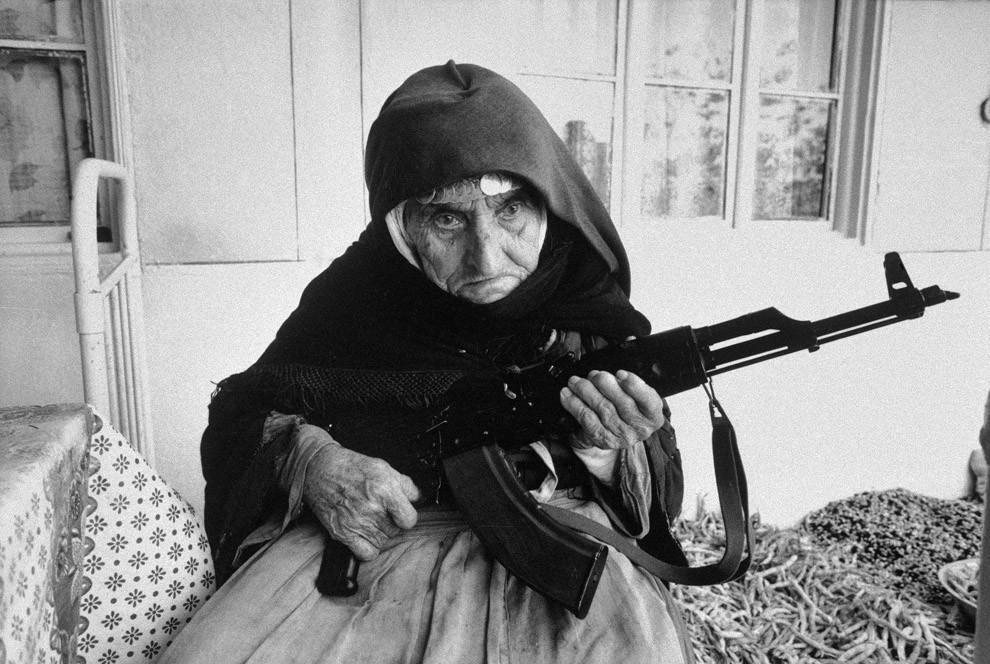106-летняя армянка охраняет дом, 1990 год.