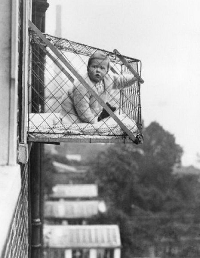 Детские клетки — чтобы ребенок, живущий в квартире, получал достаточно солнечного света и свежего воздуха. Около 1937 года.