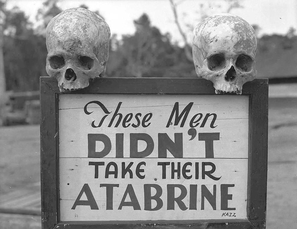 Реклама атебрина, лекарства против малярии, в Папуа — Новой Гвинее во время Второй мировой войны. Надпись на знаке: «Эти парни не приняли свой атебрин».