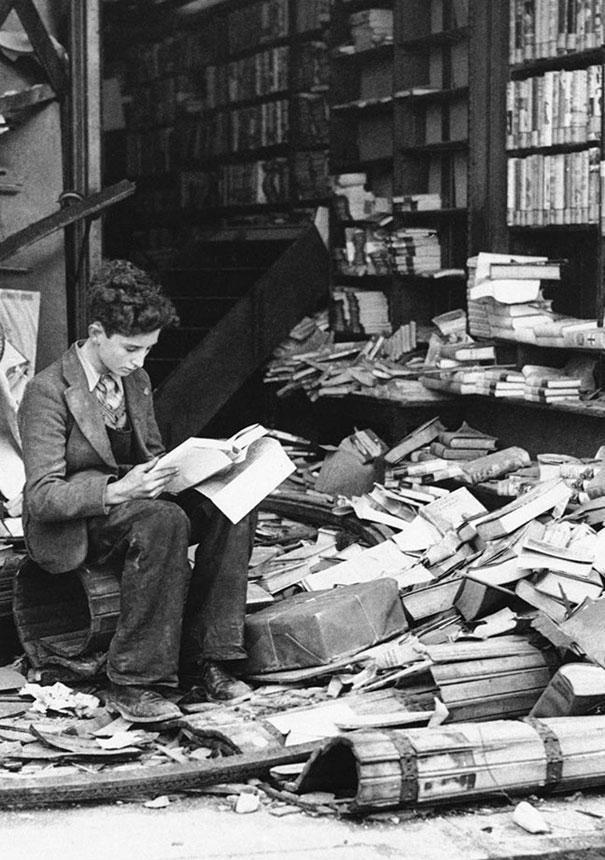 Книжный магазин в Лондоне, разрушенный бомбардировкой, 1940 год.