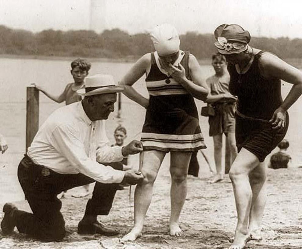 Измерение длины купальника — если он слишком короткий, женщину оштрафуют, 1920-е.