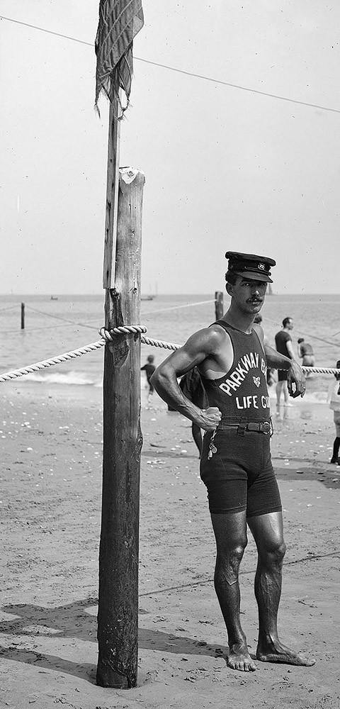 Спасатель на пляже, 1920-е годы.