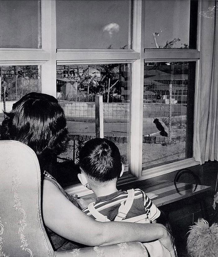 Мать и сын смотрят на облако-гриб после испытания ядерного оружия в Лас-Вегасе, 1953 год.