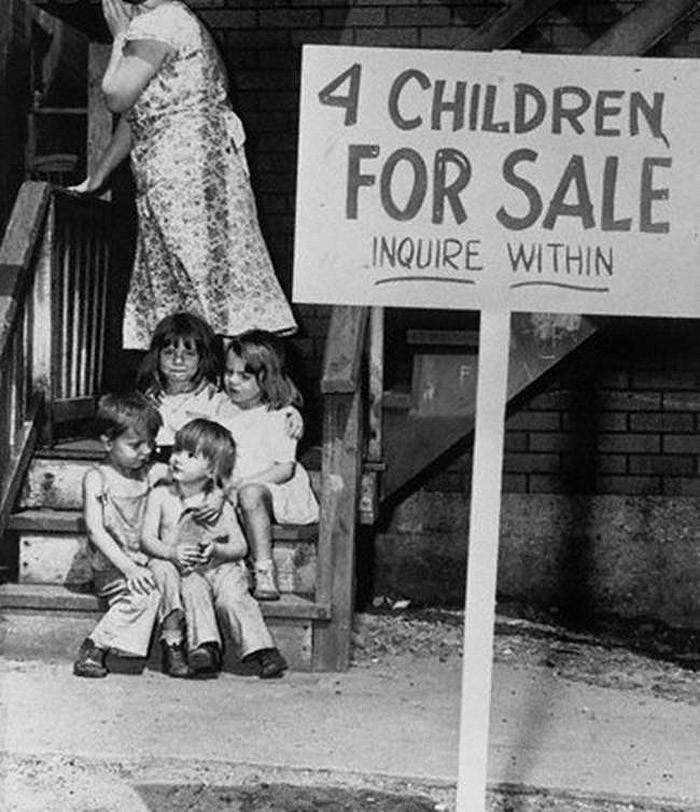 Мать прячет лицо от стыда: она только что выставила своих детей на продажу.