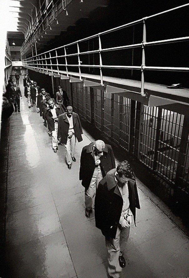 Последние заключенные покидают Алькатрас, 1963 год.