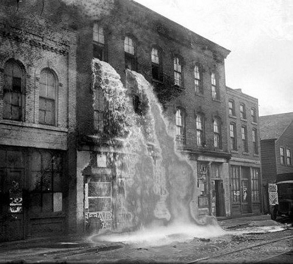 Выливают незаконный алкоголь во время сухого закона в Детройте, 1929 год.