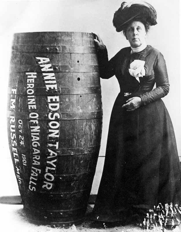 Энни Эдсон Тейлор — первая, кто выжил, преодолев Ниагарский водопад в бочке. Она сделала это в 1901 году (ей было 63 года!).