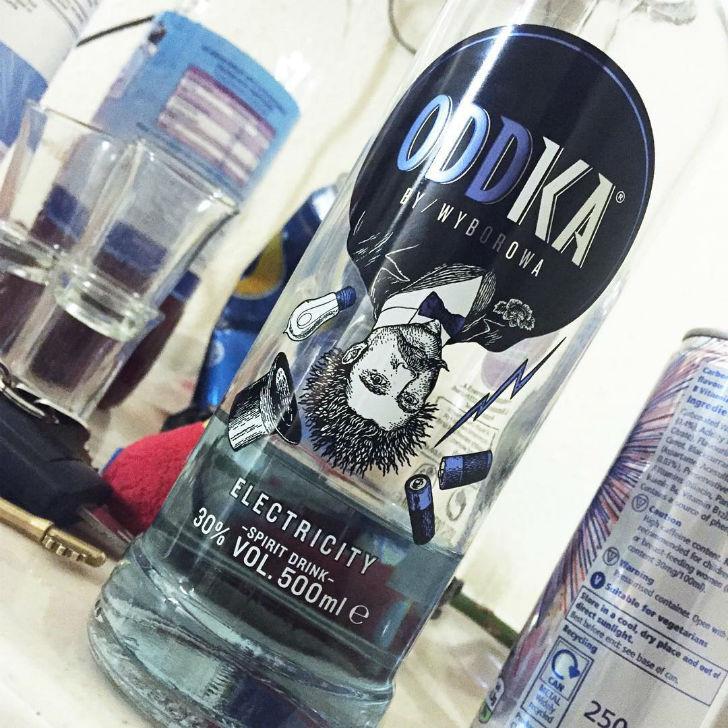 Польская водка со вкусом электрического разряда. Надо быть поосторожней с такой-то бутылкой.