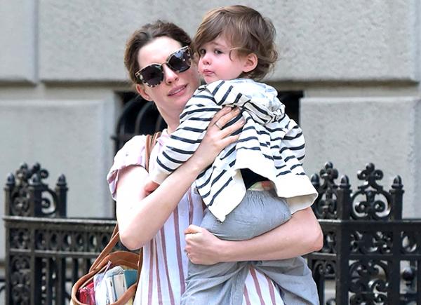 Энн Хэтэуэй с сыном