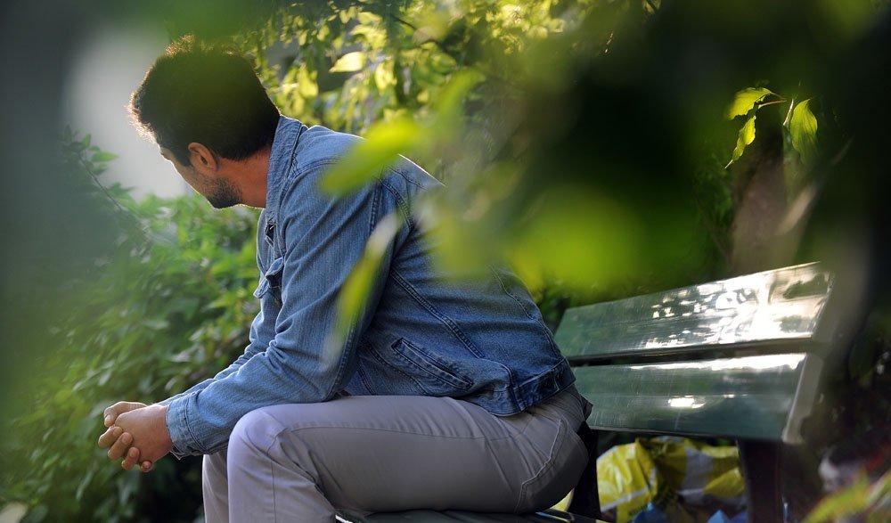 фото одинокого мужчины на природе коммерческий