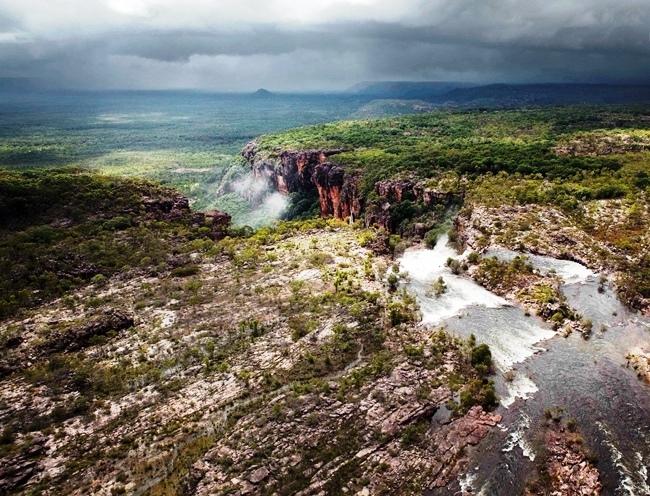 Парк обрамляют мощные скалы с обрывистыми стенами
