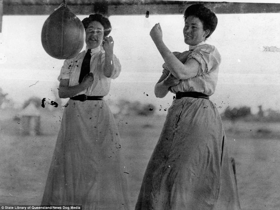 Сестры Бука на тренировке, Сидней, 1916