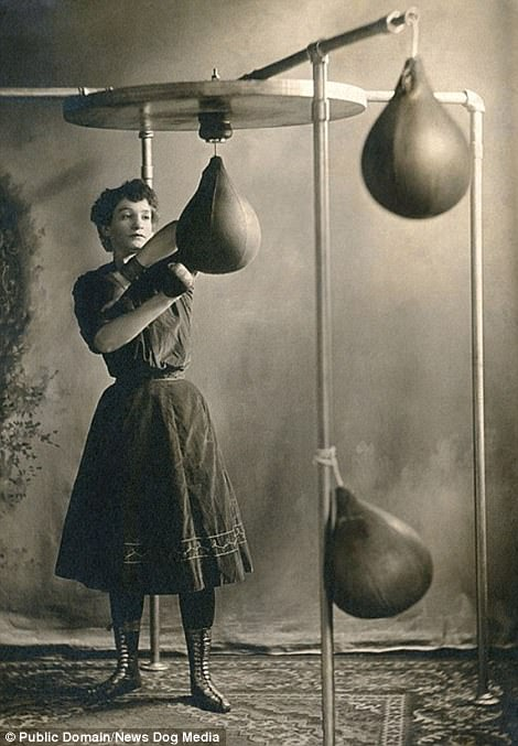 Женщина-боксер занимается в спортзале