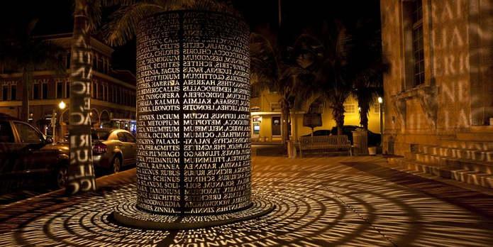 После открытия скульптуры Криптос сразу попал в центр всеобщего внимания