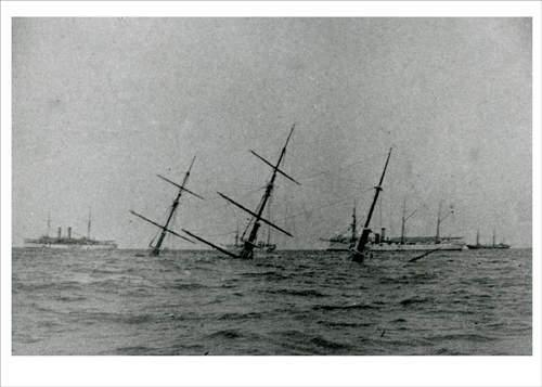 Тонущая яхта «Глазго» (Glasgow). На заднем плане - британские корабли
