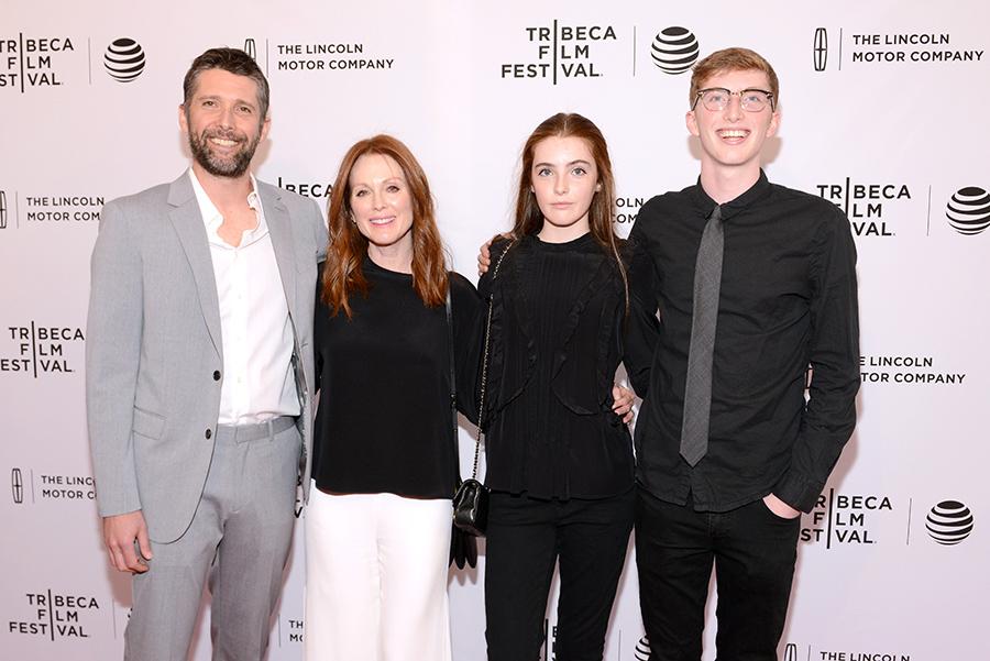 Джулианна Мур с мужем и детьми