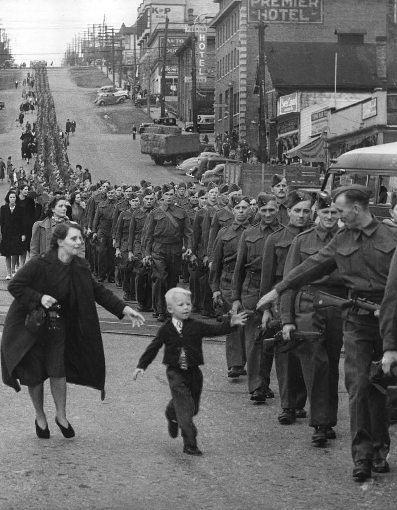 Мальчик провожает отца на войну. 1940 год