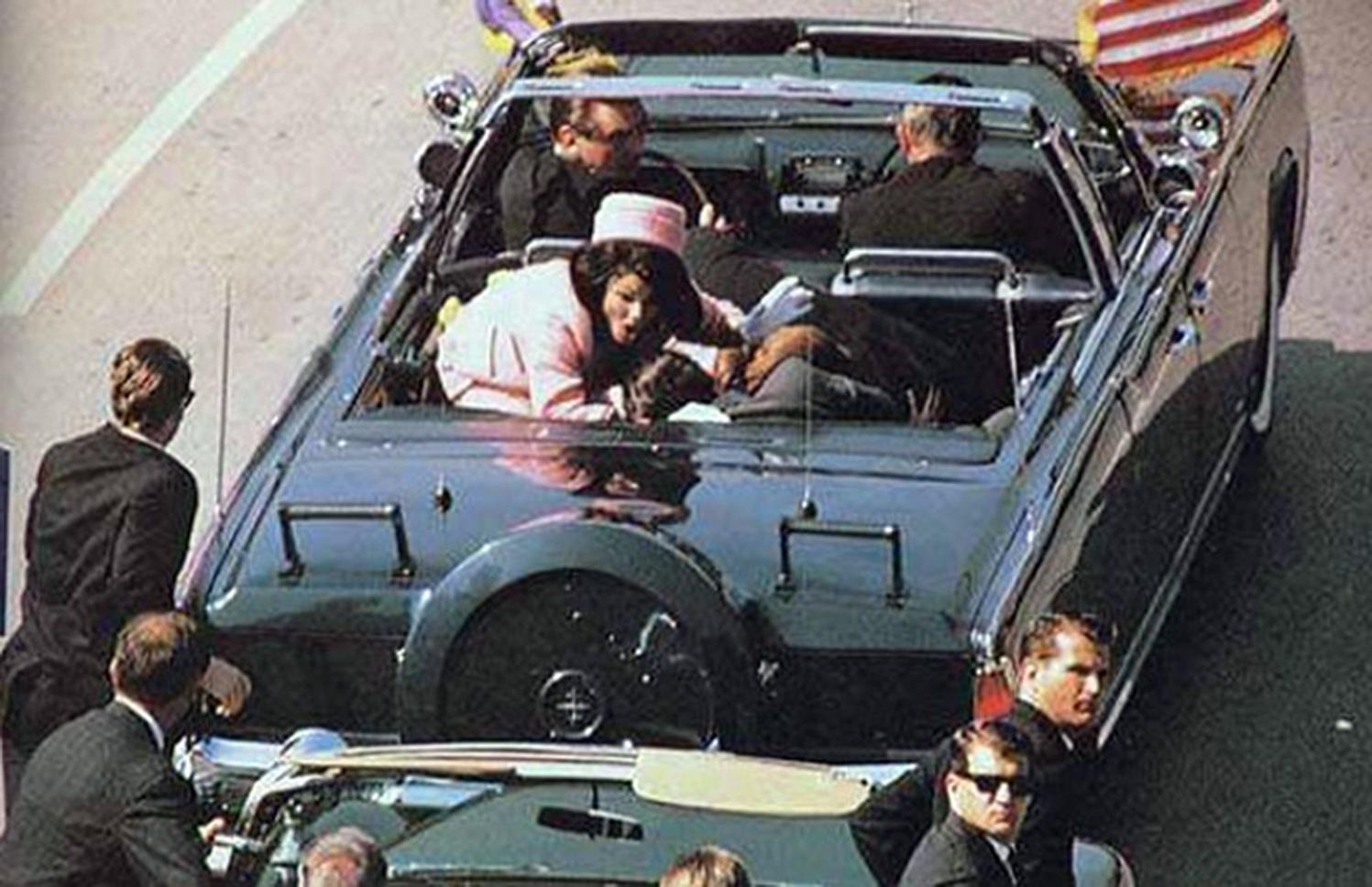 Убийство 35-го президента США Джона Кеннеди было совершено в пятницу 22 ноября 1963 года в Далласе (штат Техас) в 12:30 по местному времени.