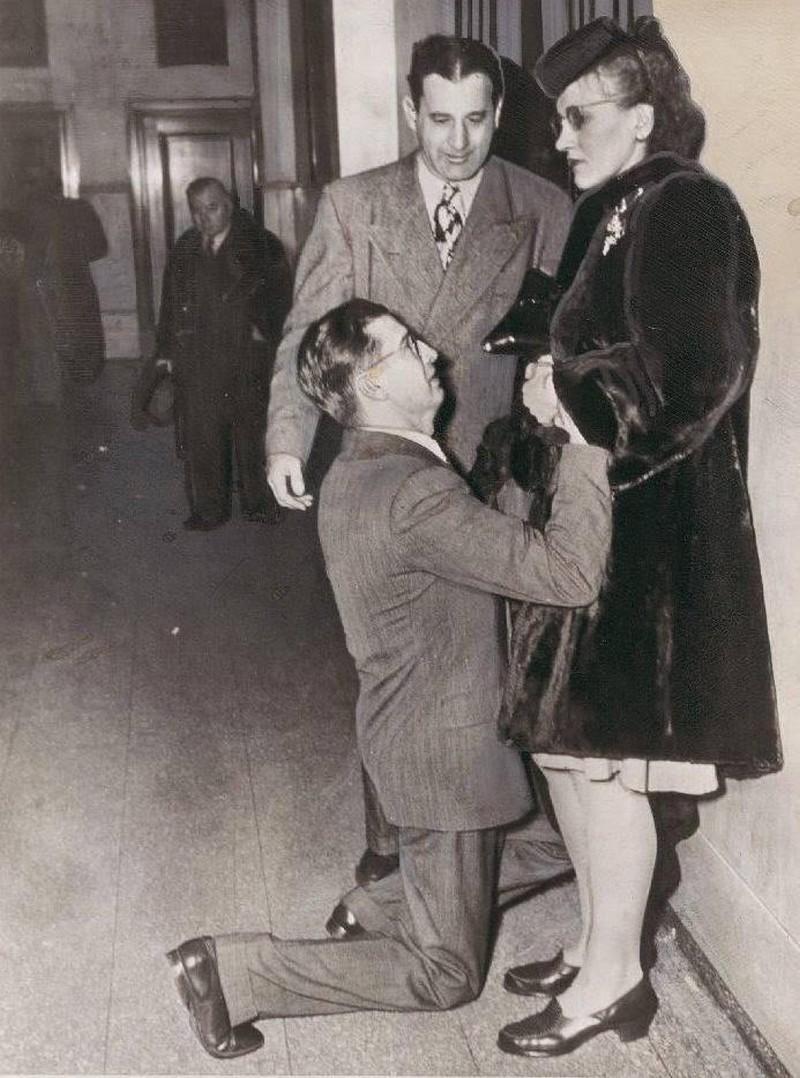 Мужчина умоляет жену забрать заявление на развод. Чикаго, 1948 год