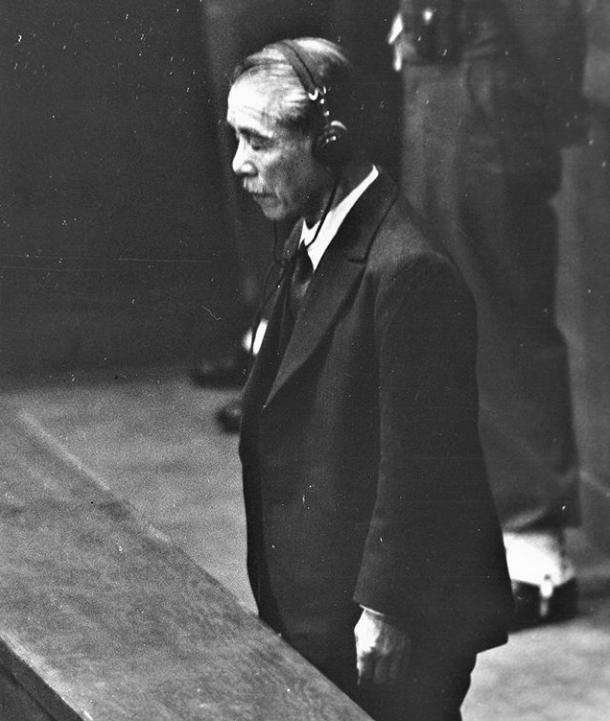 Бывший премьер-министр Японии выслушивает свой приговор о повешении. 1948 год