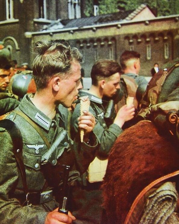 Немецкие солдаты в оккупированной Бельгии. 1940 год