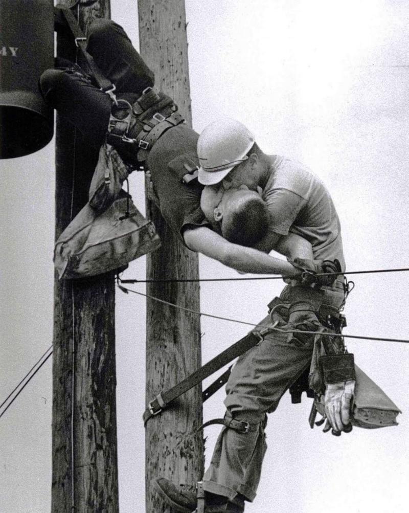 «Поцелуй жизни». Электрик делает искусственное дыхание коллеге, получившему удар током.