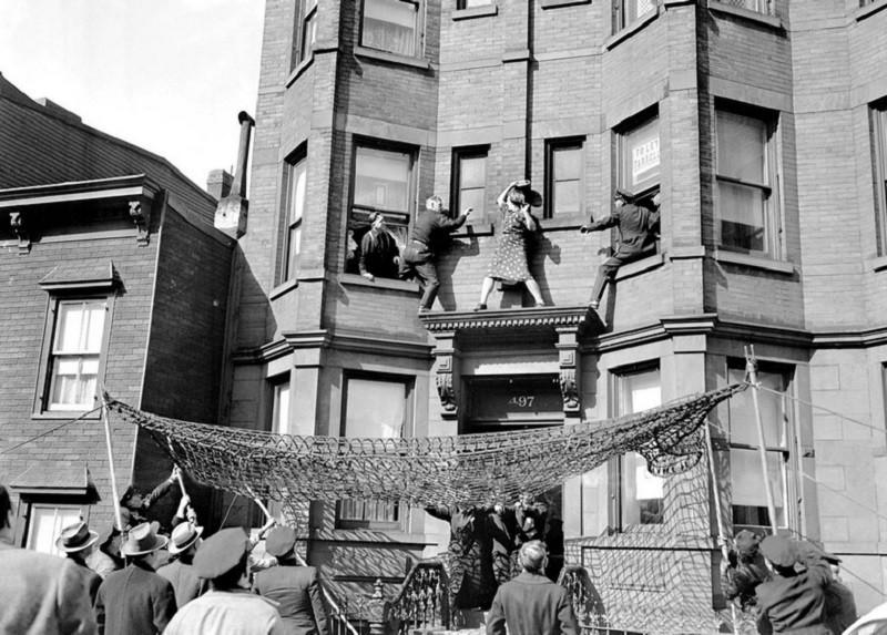 Полицейские спасают женщину, которая решила свести счеты с жизнью. 1942 год