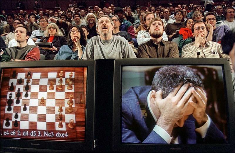 Зрители следят за партией между Гарри Каспаровым и компьютером IBM. 1977 год