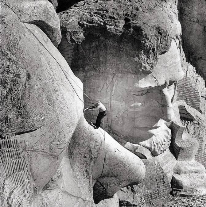 Человек, в чьи обязанности входит обследование на предмет трещин гигантского барельефа в Национальном мемориале Гора Рашмор
