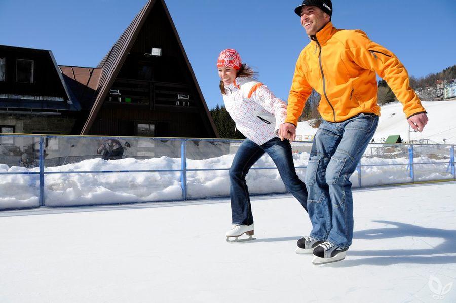 Катание на коньках с семьей