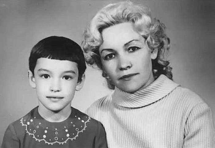 Анна Самохина в детстве с мамой