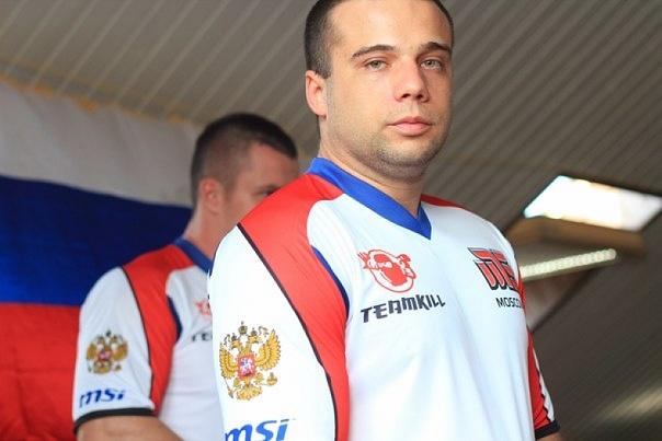 Дмитрий Смилянец в фирменной футболке киберклуба