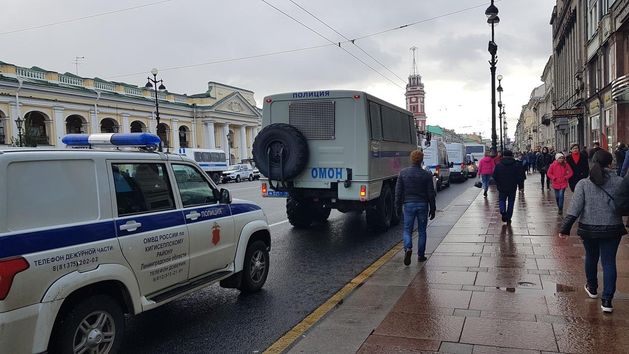 На акции в поддержку фигурантов дел «Сети» и «Нового величия» задержали около 20 человек. В Петербурге 40 задержанных