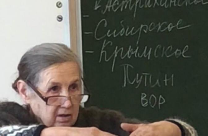 Путин вор - написал один из учеников школы №20 на доске
